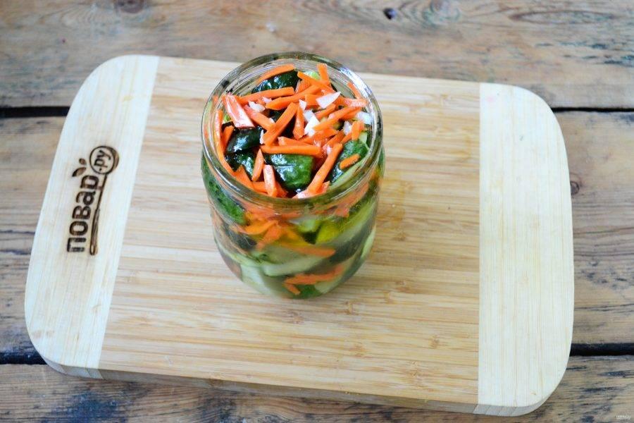 Через сутки огурцы по-корейски готовы, их можно уже кушать, а можно заготовить на зиму. Для этого разложите огурцы по-корейски по чистым банкам объемом 0,5 литра, туда же влейте маринад.