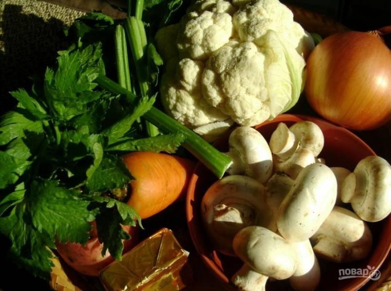 1. Самые полезные и  доступные ингредиенты составляют основу этого супа. Чтобы грибы получились ароматными, я их предварительно обвариваю пару минут в кипятке, а после довожу до готовности на сковороде.