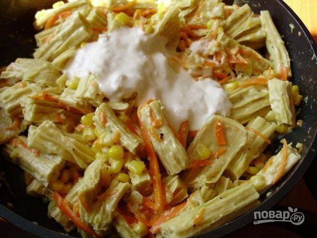 К овощам добавьте консервированную кукурузу и спаржу. Посолите и поперчите по вкусу. Тушите ингредиенты под крышкой десять минут, затем заправьте все майонезом и подавайте к столу.