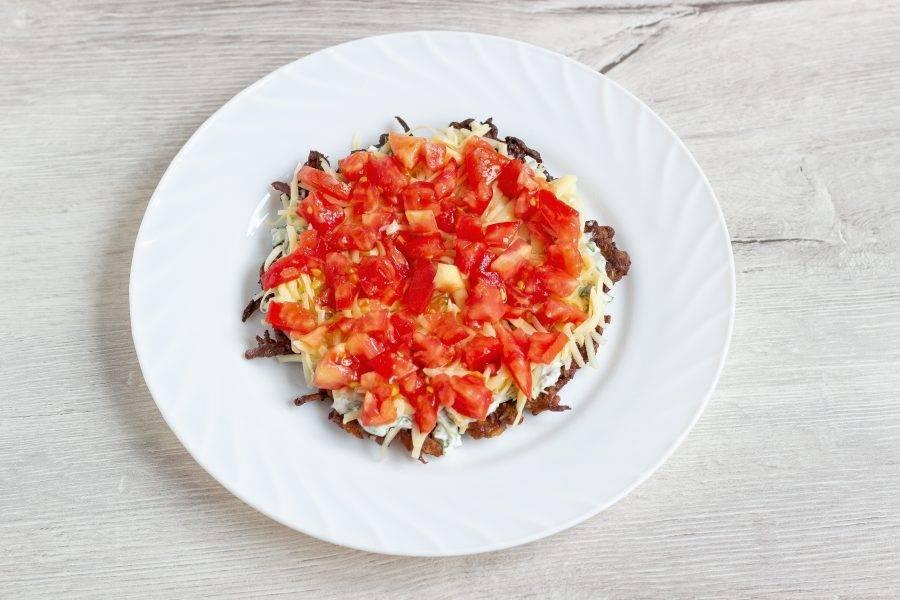 И помидоры. Также на второй и третий (если у вас их всего 4). Последний (верхний) блинчик промазываем соусом, кладем помидоры, сыр и украшаем зеленью. Закусочный баклажанный торт готов. Кушать можно сразу.