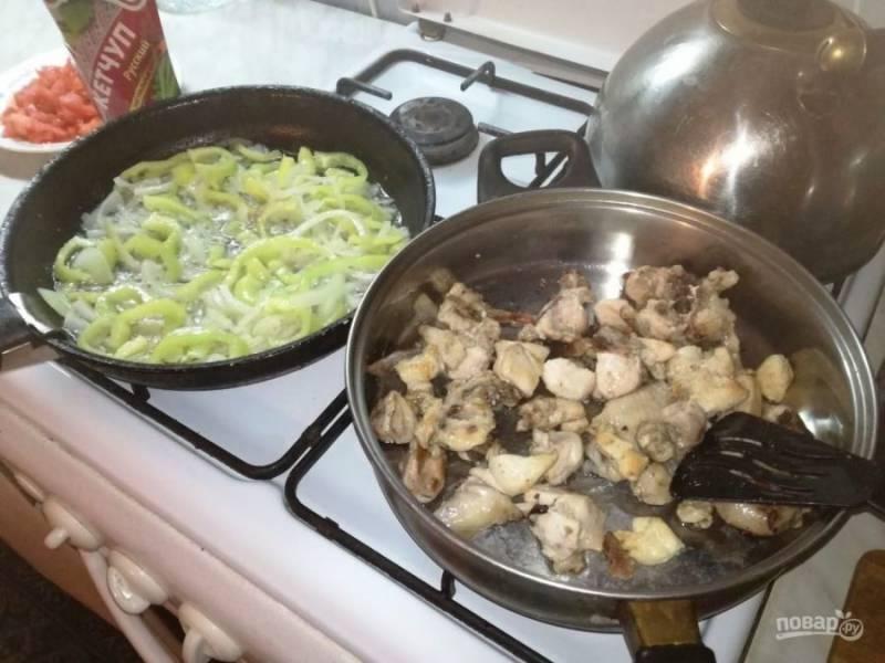 Курочку отложите в другую посуду. В оставшемся масле обжарьте лук и болгарский перец.