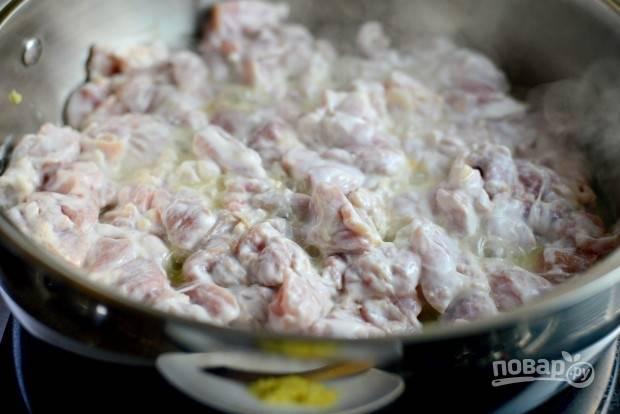 5. Затем в сковороду добавьте курицу с маринадом. Обжарьте её пару минут.