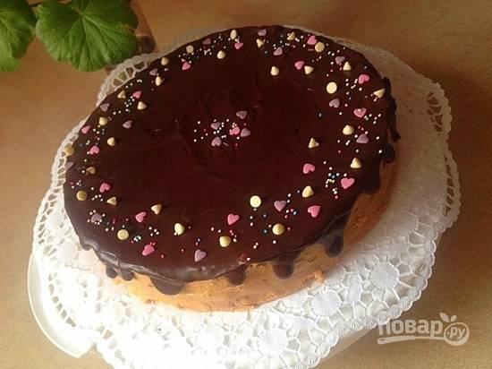 Покрываем торт шоколадной глазурью и украшаем. Даем торту настояться часиков 5-6 — и можно подавать к столу.