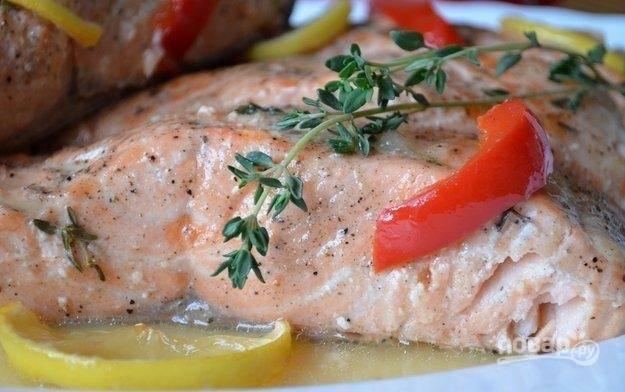 7.Для подачи кусочек рыбки вместе с овощами выкладываю на тарелку, поливаю немного соусом, приятного аппетита!