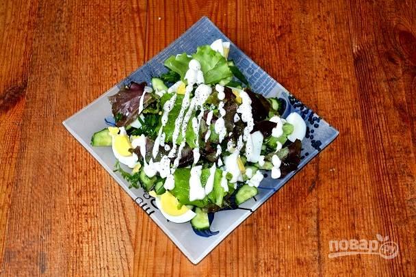 Заправьте салат сметаной.