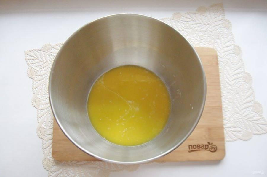Растопите сливочное масло и немного остудите. Добавьте в миску. Выложите одно яйцо, соль и ванильный сахар.