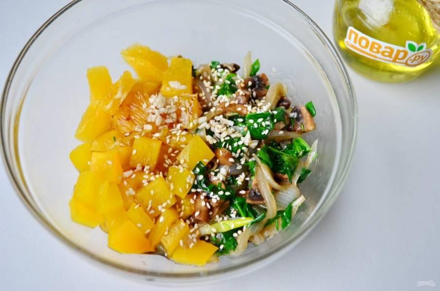 Соедините остывшие грибы и шпинат с перцем сладким, апельсинами. Добавьте соевый соус, чеснок, перец черный, кунжут. Часть кунжута оставьте для украшения салата. Перемешайте хорошо и дайте настояться минут 10, пропитаться. Соль использовать по вкусу, я не добавляла.