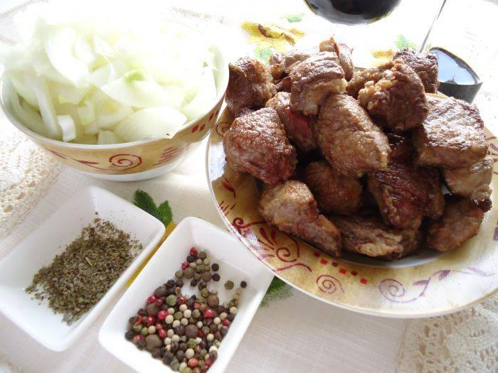Мясо обжаривайте на масле малыми порциями. Подрумяненное мясо перекладывайте на тарелку и жарьте следующие кусочки.
