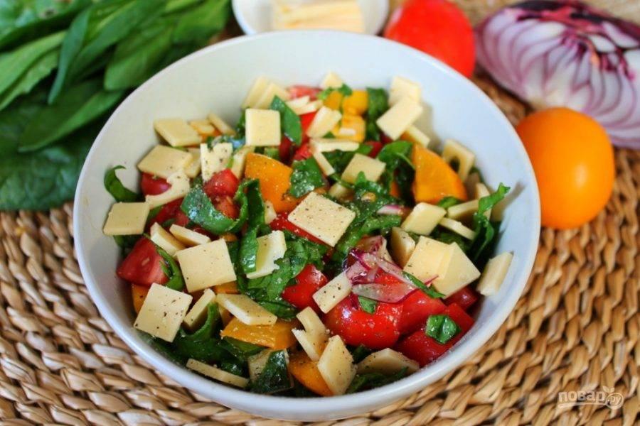 Добавляем в салат нарезанный небольшими кусочками сыр и подаем к столу. Приятного аппетита!