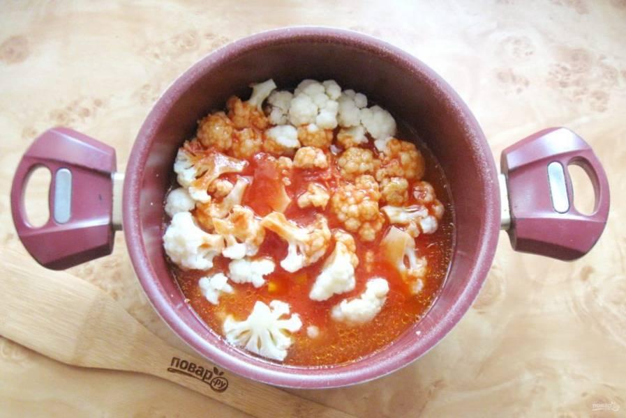Залейте цветную капусту томатным соусом.