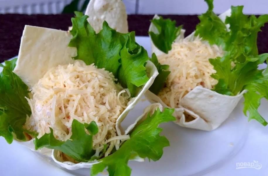 5. Обваляйте шарик в тертом сыре и выложите его в корзинку из лаваша. Приятного аппетита!