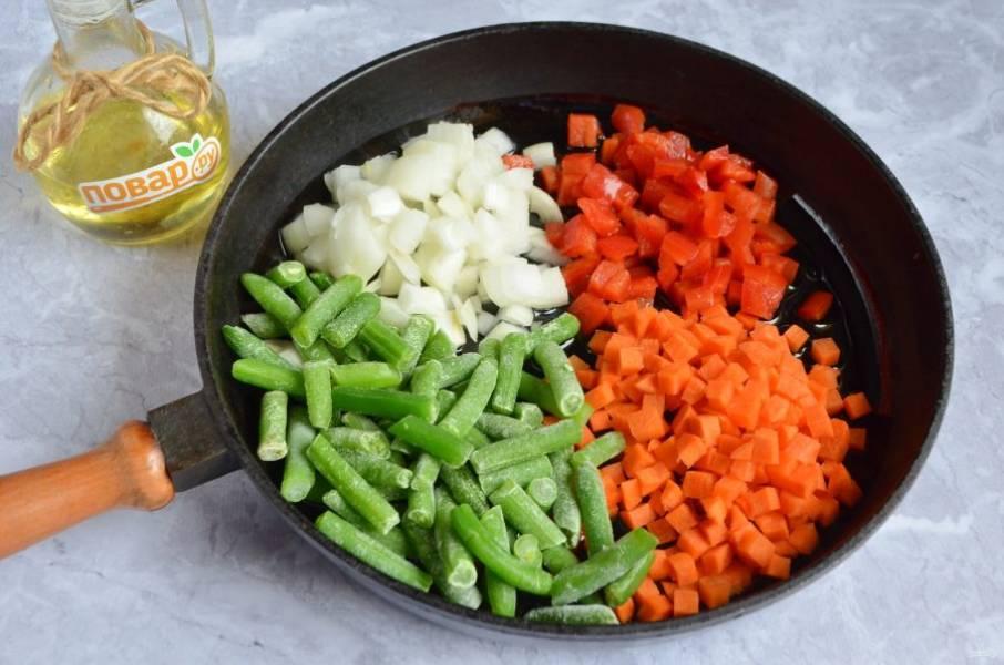 2. Разогрейте растительное масло на сковороде, положите овощи и обжаривайте до готовности, помешивайте периодически. В конце посолите, поперчите.