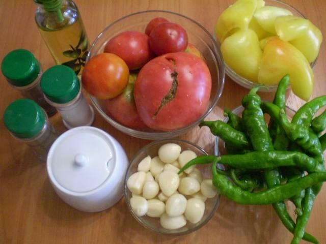 Подготовим овощи для аджики. Всё тщательно вымойте. Очистите чеснок, у перца сладкого удалите семена.