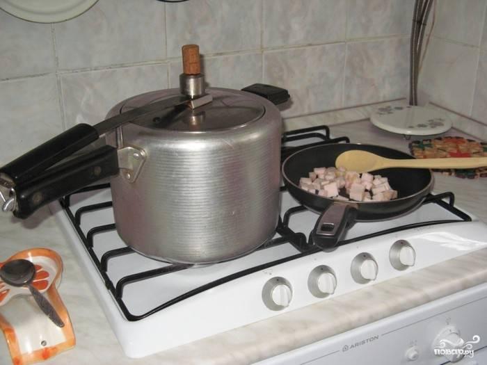 В скороварку складываем капусту, картошечку, мясо и готовую зажарку. Наливаем воды на 2/3 объема вашей скороварки. Можно добавить еще лавровый лист и перец горошком. Закрываем крышку и варим в течение 25 минут.