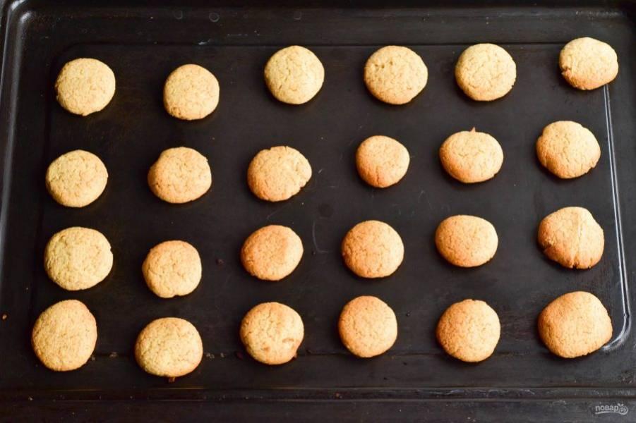 Отправьте печенье в разогретую до 190 градусов духовку на 15-20 минут.