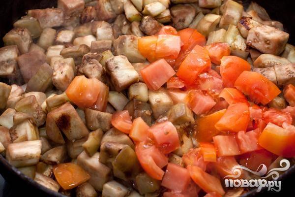 3.Когда Вы увидите, что баклажаны со всех сторон зарумянились, добавляем к ним заранее приготовленных помидоров, которые мы нарезали небольшими кусочками. Немного уменьшаем огонь и тушим минут десять, крышкой не накрываем. Не забываем перемешивать.