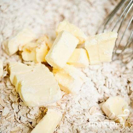 2. Добавить нарезанное на куски сливочное масло и перемешать, пока тесто не будет напоминать крупные крошки. Вы также можете сделать это с помощью резака для печенья.