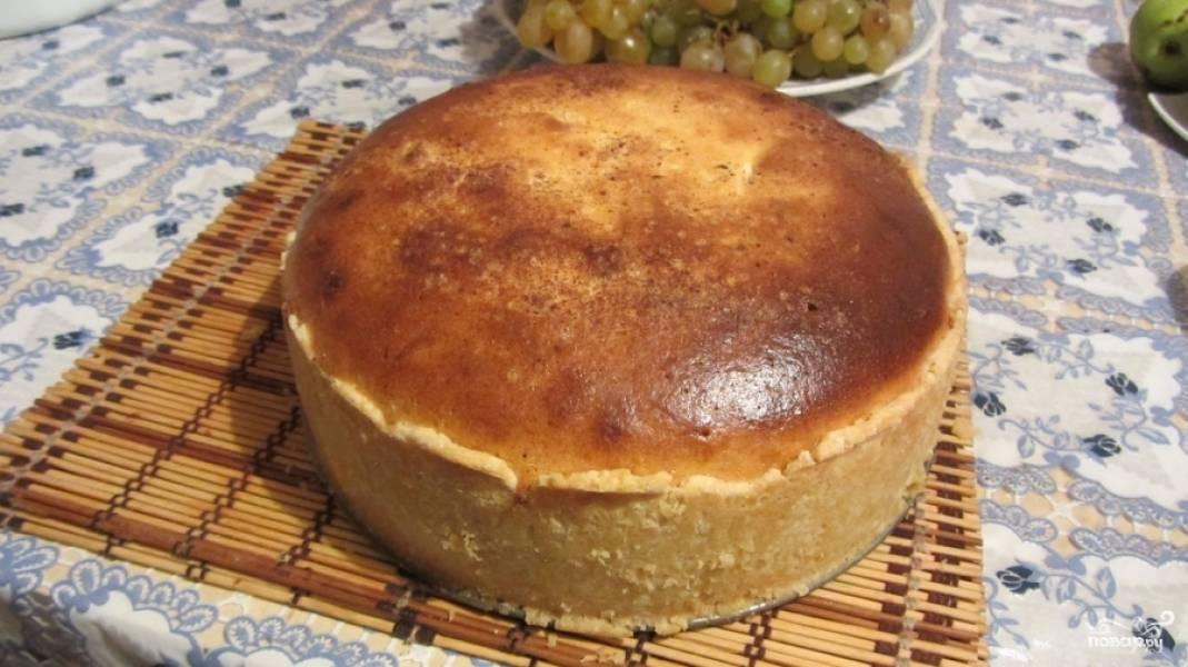 Пирог отправляем запекаться в предварительно разогретую до 170 градусов духовку примерно на час. Если Ваша духовка работает хорошо, то может быть придется убрать пару десятков градусов, чтоб пирог не сгорел. Готовый пирог вынимаем из духовки и даем ему остыть.
