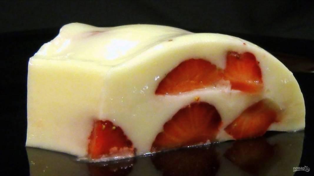 5. Окуните форму с десертом в горячую воду и переложите желе на блюдо. Приятного аппетита!