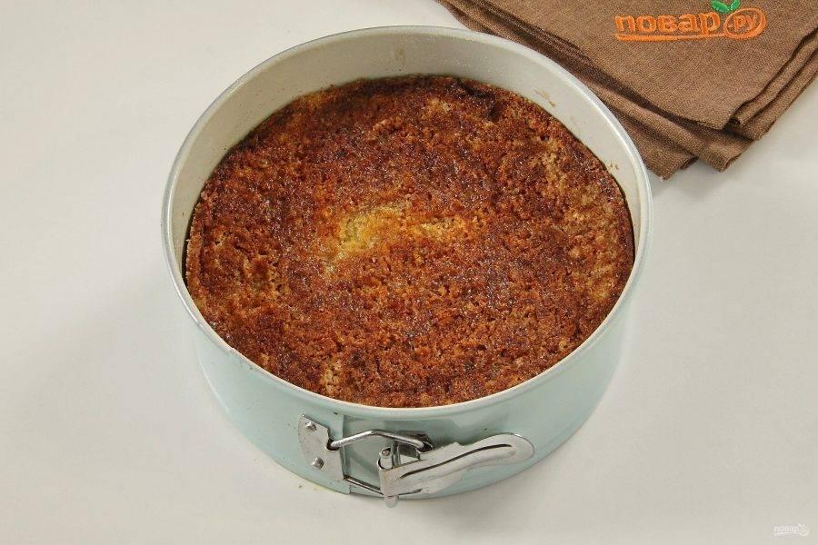 Яблочный пирог из сухого теста готов. Дайте ему немного остыть, затем извлеките из формы и подавайте к столу.