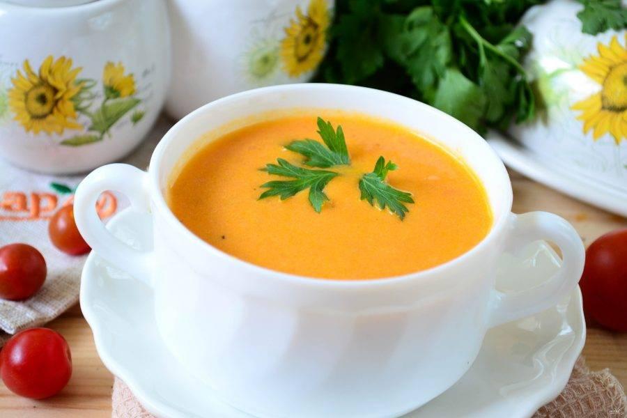 Томатный суп-пюре готов. Подавайте горячим, украсив свежей зеленью.
