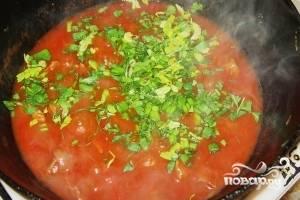 Возьмите томатный сок, соедините его с водой в отдельной посуде. Влейте смесь к мясу с овощами, добавьте сахар и соль. Тушите на маленьком огне блюдо до полной готовности, это займет около часа. В конце добавьте аджику и рубленую петрушку.