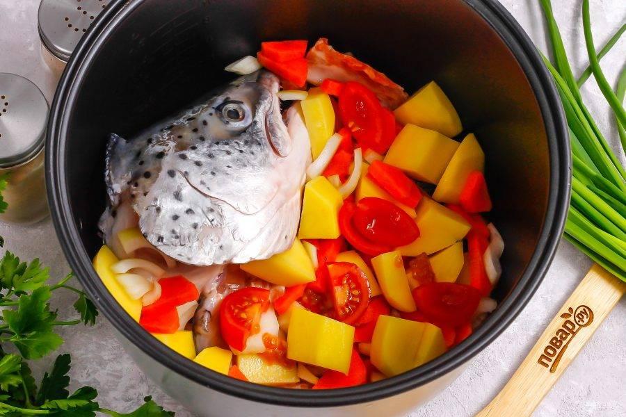 Очистите от кожуры лук, морковь и картофель. Промойте их в воде вместе с помидорами черри. Нарежьте картофель средними кубиками, морковь и лук — крупными кусочками, а помидоры — кружочками.
