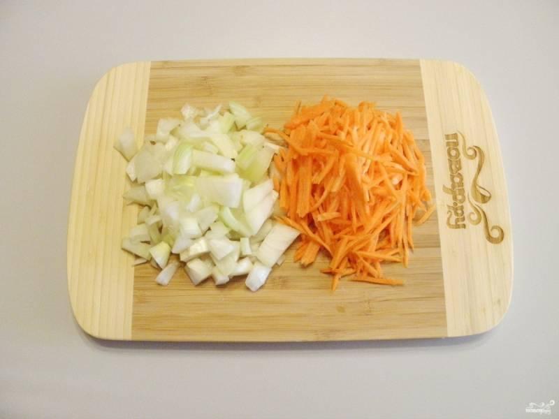 Подготовьте овощи к варке: порежьте мелко.