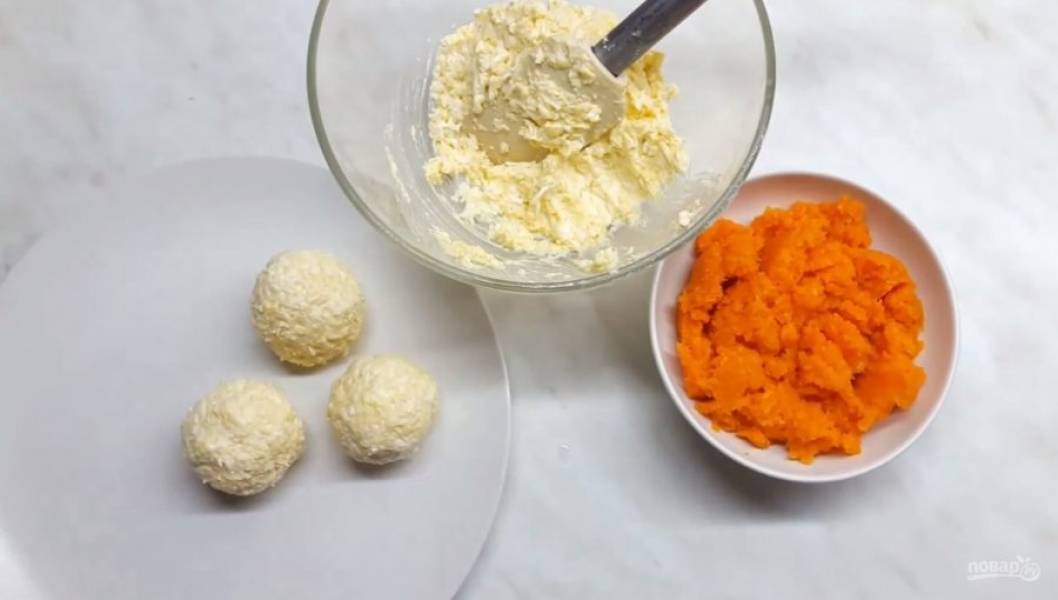 2. Заранее запеченную морковь нарежьте кусочками и измельчите в блендере или разомните вилкой. Далее влажными руками сформируйте кружочки из подготовленной закуски.