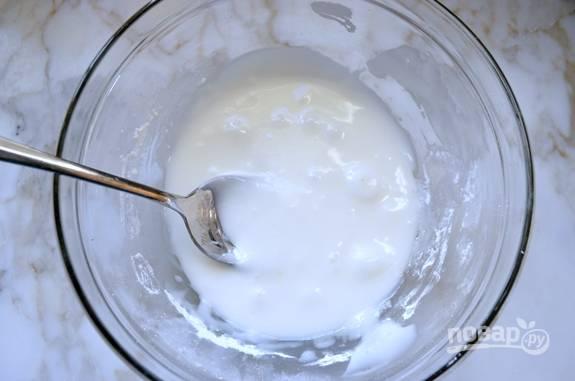 Пока печенье остывает, сделайте глазурь. Смешайте молоко с кукурузным сиропом и сахарной пудрой.