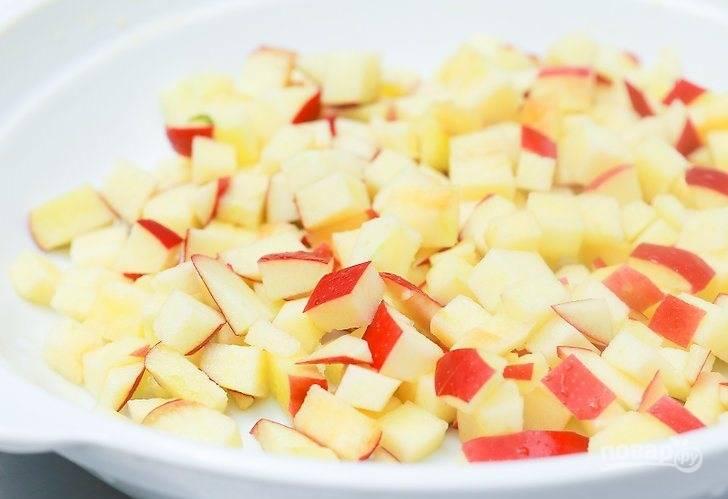 Яблоки помойте, удалите сердцевинки и порежьте кубиком.