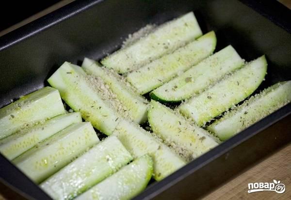 5. Присыпьте крошкой кабачки и отправьте форму в духовку. Запекайте минут 15 до мягкости, а потом еще пару минут при максимальной температуре или под грилем.