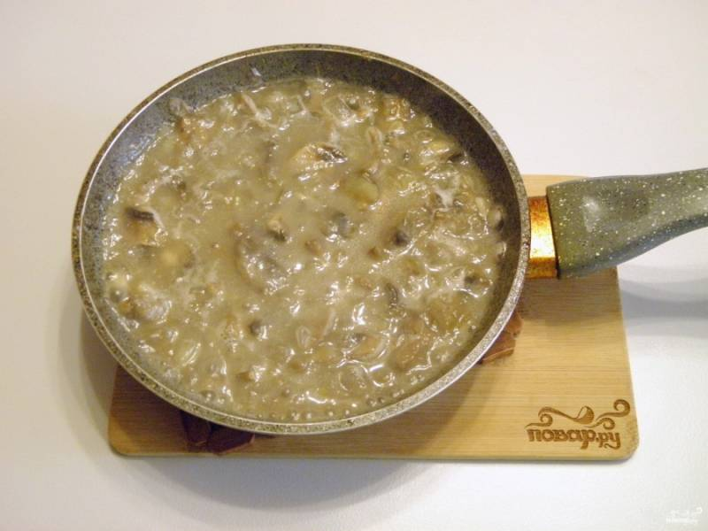 Влейте горячий мясной бульон, доведите его до кипения.