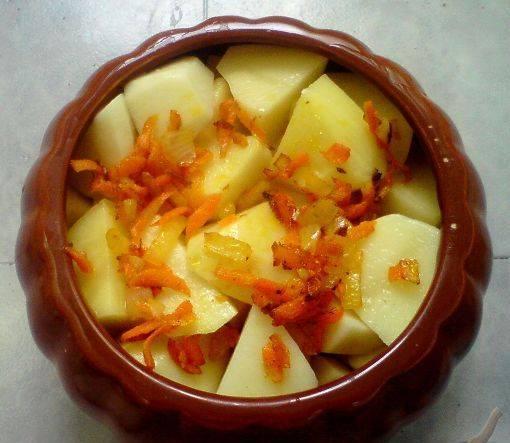 3. Отдельно обжариваем лук и морковь до золотистого цвета, выкладываем слоями так: курица, овощи, сметана, картофель и снова овощи сверху.