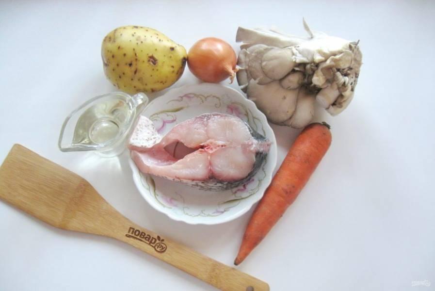 Подготовьте все ингредиенты для приготовления картофеля с карпом.