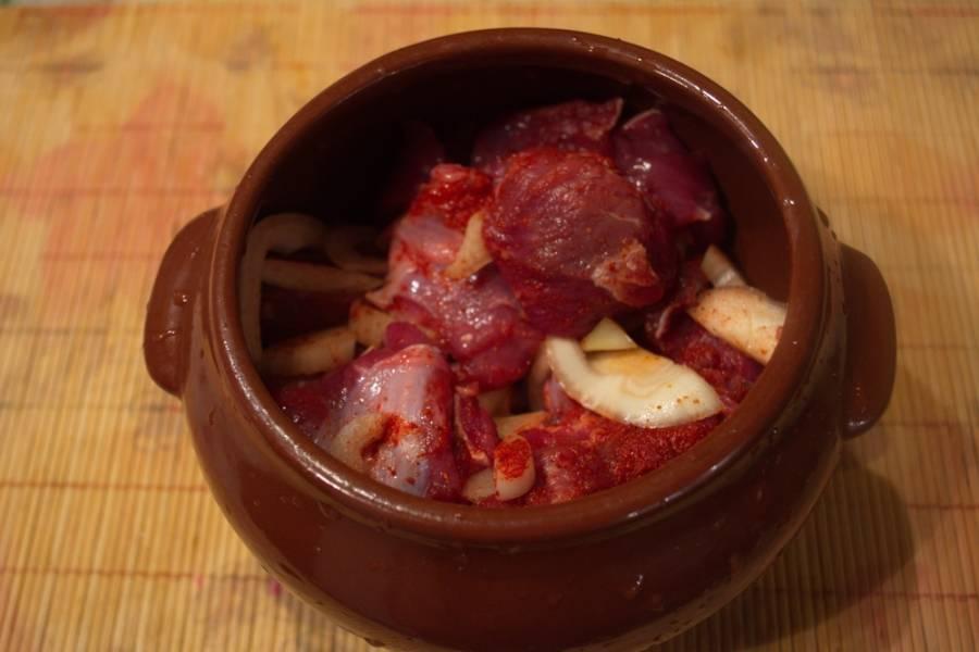 Подготовленное мясо кладем в горшочки.