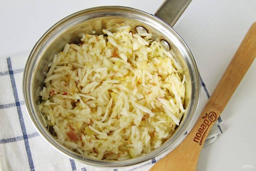 Яблоки очистите от семян, если шкурка твердая, то ее можно тоже снять. Натрите яблоки на крупной терке, положите в сотейник или кастрюльку, добавьте лимонный сок и 50 грамм сахара.