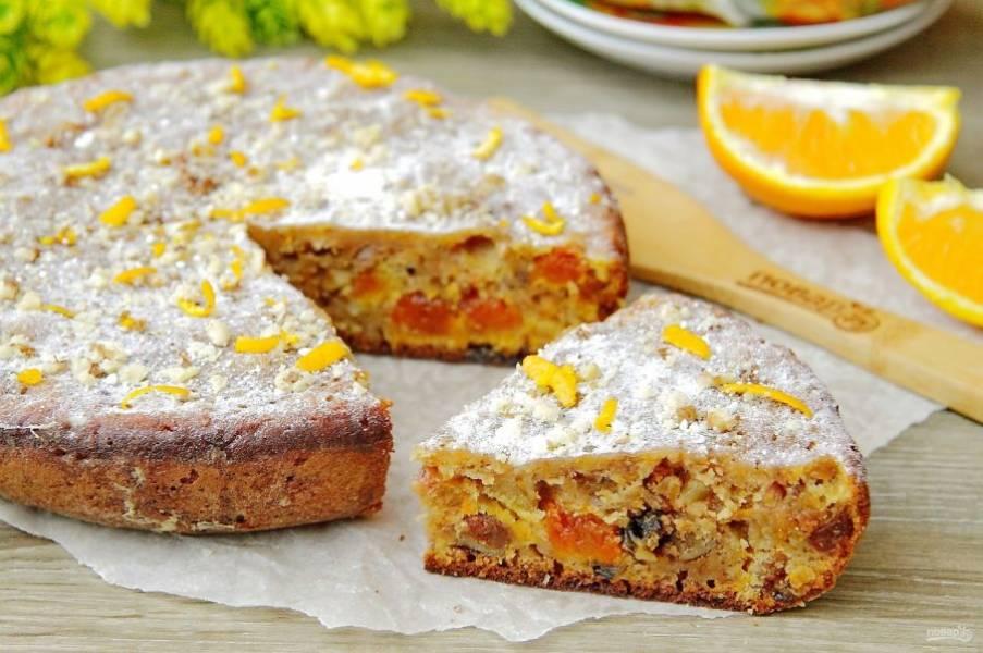 """Пирог с морковью """"Краски осени"""" готов. Украшаем его по вкусу и подаем к столу. Я немного припудрила верх сахарной пудрой, орешками и цедрой апельсина. Приятного аппетита!"""