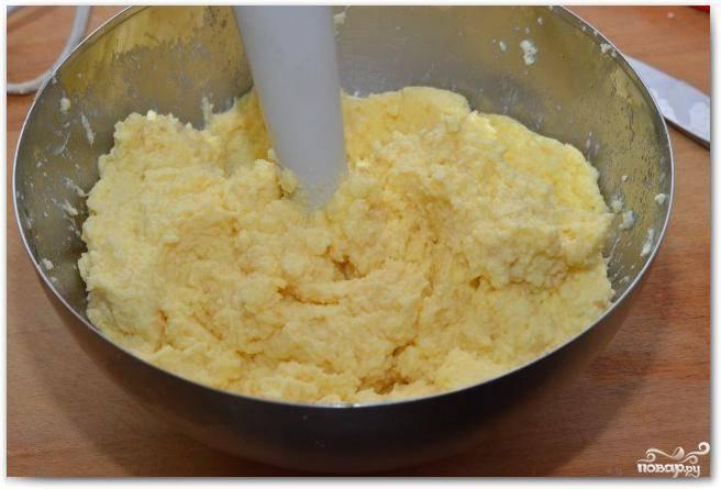 Взбиваем яйца, творог и сахар до состояния однородности. Должна получиться пышная такая масса.