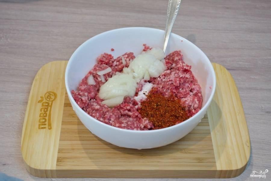 Для приготовления долмы классической нам необходимо приготовить мясную начинку. Для этого мясо измельчите в фарш или купите готовый. Добавьте нарезанный мелко лук, соль, специи. Добавьте стакан воды и вымешайте однородный фарш.
