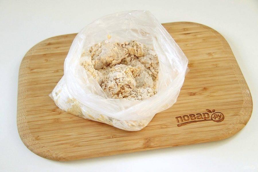 Возьмите обычный целлофановый пакетик, насыпьте в него 1,5 стакана муки, паприку, острый перец и специи по вкусу. Положите туда кусочки курицы, которая в соусе, зажмите пакет рукой и хорошо потрясите.