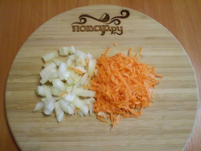 3. Подготовим к варке овощи: морковь трем на терке, лук мелко режем.