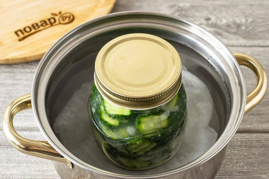 Прикройте банку крышкой и стерилизуйте в горячей воде 15 минут после закипания.