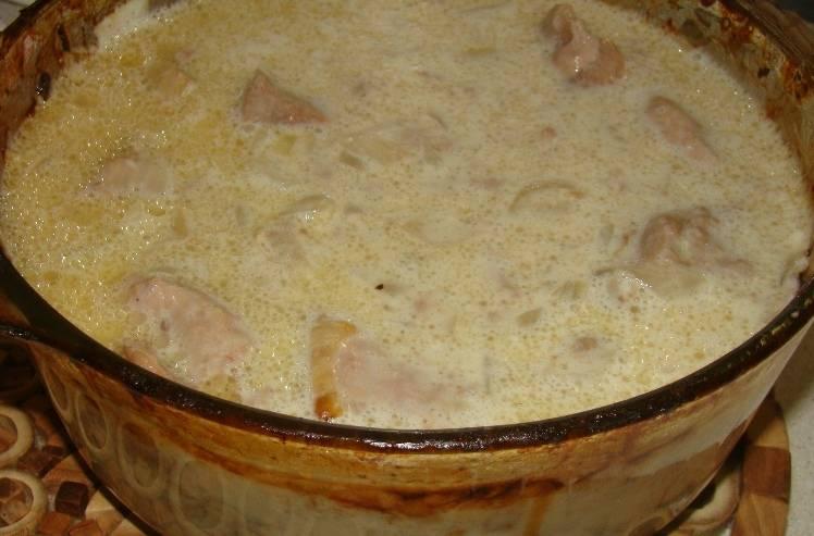 Заливаем все приготовленным соусом и ставим форму в духовку еще на 45-50 минут.