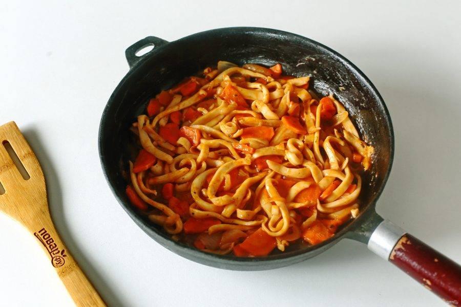 Кальмары в томатном соусе готовы.