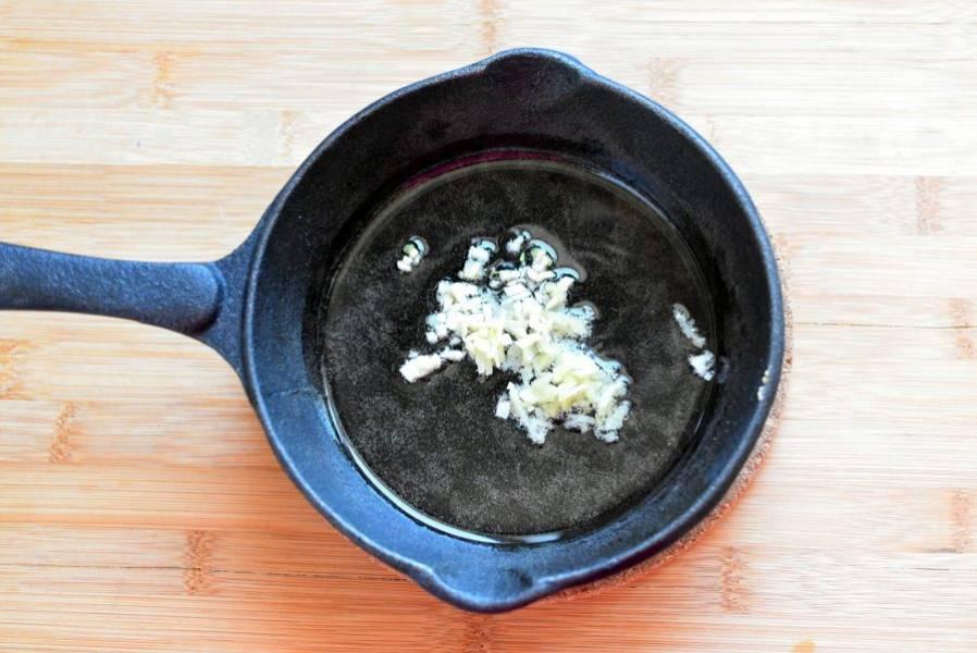 Разогрейте масло в воке или сковороде. Выложите в масло мелко нарубленные чеснок и имбирь. Быстро перемешайте.