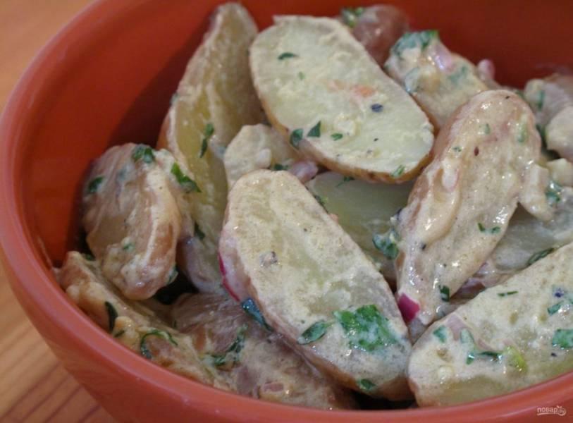 4.Выложите картофель в миску и залейте приготовленной заправкой, перемешайте. Подавайте салат сразу или отправьте в холодильник, но за 15 минут до подачи на стол достаньте его, чтобы он нагрелся до комнатной температуры.
