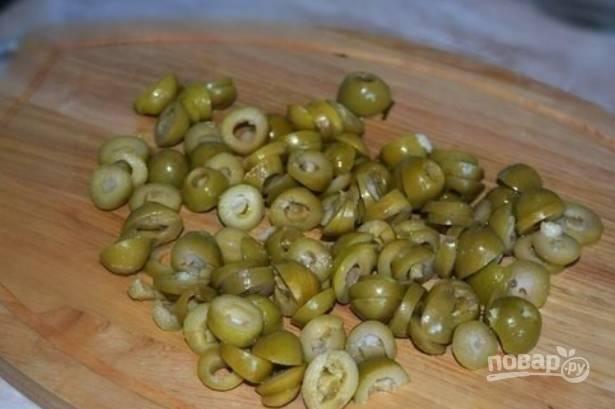Нарезаем дольками (кружочками) оливки.