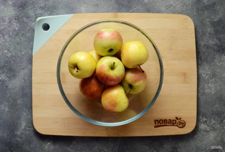 Яблоки помойте, затем выложите в форму для вымачивания.