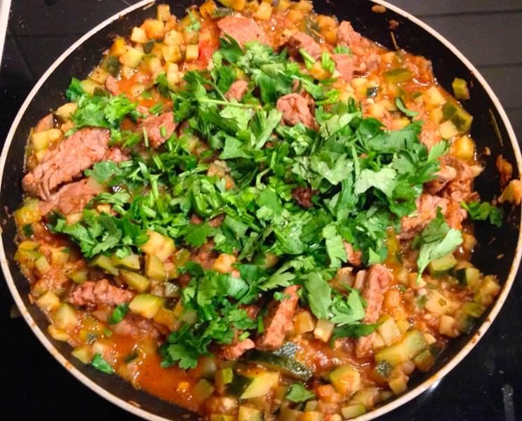 В самом конце непосредственно перед подачей блюдо следует посолить и добавить в него измельченную свежую зелень.